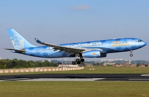 Avion avio kompanije Etihad Airways u bojama Mančester Sitija