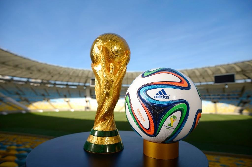 Trofej i lopta Svetskog prvenstva u Brazilu 2014