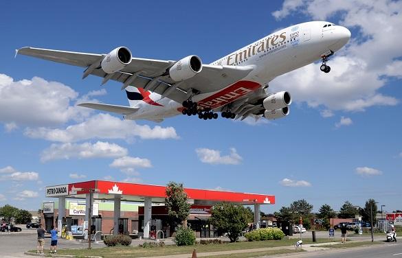 Emirates slece na aerodrom Toronto